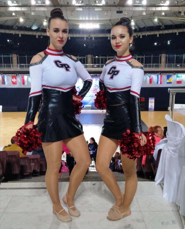 Georgina und Paula kurz vor ihrem Auftritt in der Wettkampfhalle